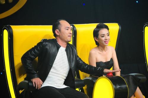 Vợ chồng Thu Trang - Tiến Luật trên ghế huấn luyện viên Đấu trường tiếu lâm.