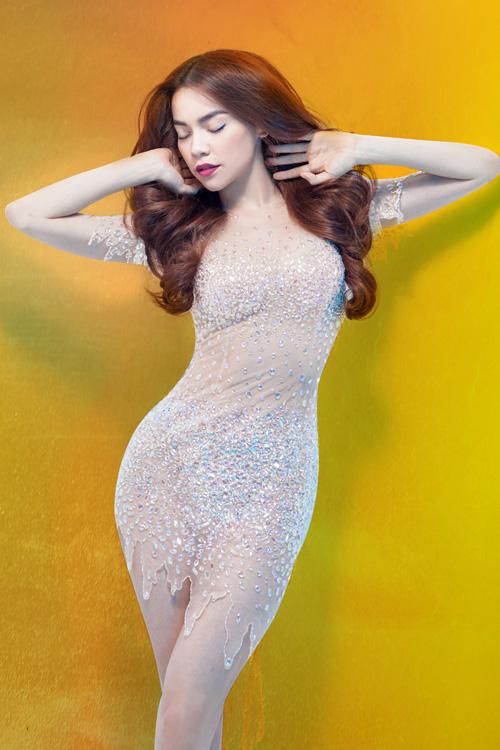 Hồ Ngọc Hà là một trong những bà mẹ của showbiz nhận được nhiều khen ngợi về nhan sắc và vóc dáng sau khi sinh. Nữ ca sĩ tự tin diện những trang phục ôm sát, khoe đường cong gợi cảm không thua kém lúc chưa sinh.