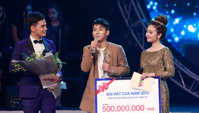 Hoài Lâm đạt giải Bài hát yêu thích của năm với ca khúcCó khivới tổng giá trị giải thưởng 500 triệu đồng.Ảnh:VTV