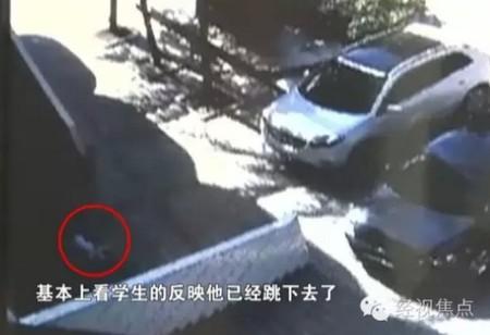Thi thể của Tiểu Vũ sau khi nhảy xuống từ lớp học trên tầng 4 được camera giám sát ghi lại