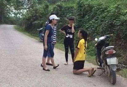 Nữ sinh lớp 9 bị bạn trường khác bắt quỳ xin lỗi. Ảnh: Tin nóng Lạng Sơn