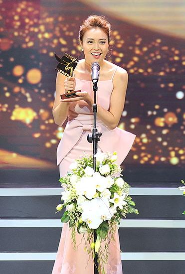 Lan Ngọc nhận giải Nữ diễn viên chính xuất sắc trong phim điện ảnh với vai diễn trong phim Trúng số. Ảnh: Giang Huy.