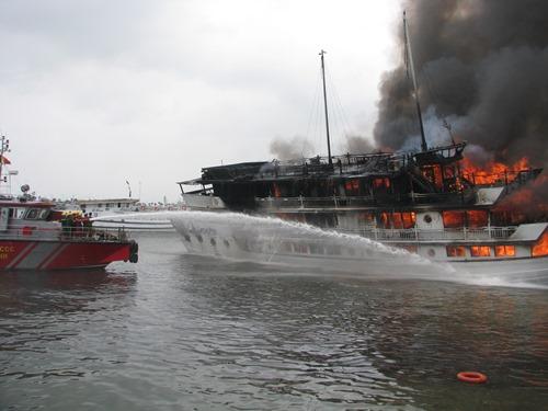 Tàu QN 6299 bốc cháy dữ dội, khiến hàng chục du khách nước ngoài hoảng loạn nhảy xuống nước thoát thân. Ảnh: Minh Cương