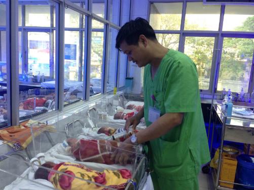 Bác sĩ Lê Minh Trách thăm khám trẻ sinh non. Ảnh: Lê Nga.