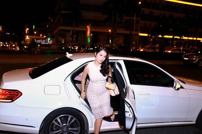 Tối 5/7, Dương Cẩm Lynh xuất hiện tại một trung tâm thương mại ở TP HCM. Sau chuyến du lịch nước ngoài, tránh bão scandal, cô hẹn bạn bè, fan đi xem phim Mặt nạ máu.