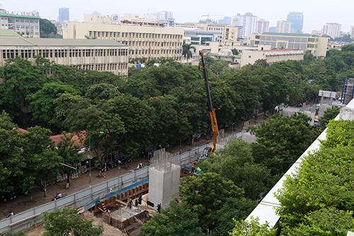 Số cây xanh quanh khu vực nhà ga S6 trên đường Xuân Thủy sắp bị đánh chuyển và chặt hạ để phục vụ thi công. Ảnh:Bá Đô