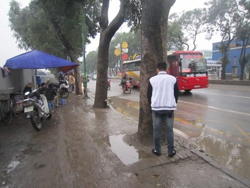 Con đường Phạm Văn Đồng vẫn được nhiều người gọi vui là con đường đau khổ bởi bất cứ lúc nào cũng có thể chứng kiến những cảnh tượng như thế này