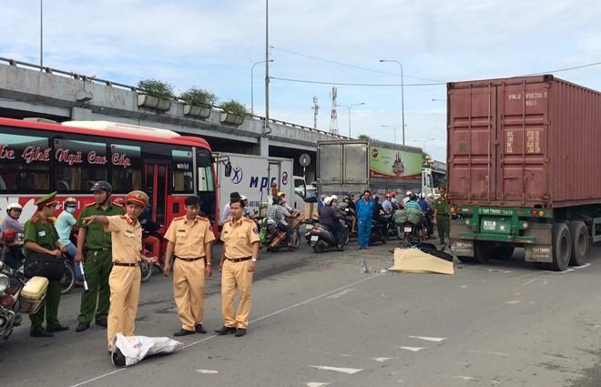 Lực lượng chức năng đang giải quyết vụ tai nạn. Ảnh: Lê Trai