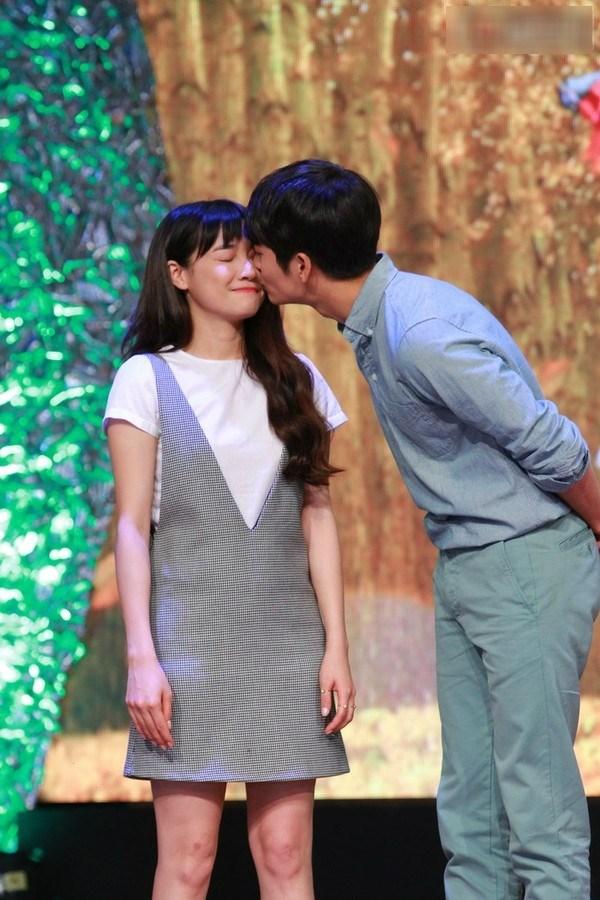 Hình ảnh gây xôn xao của Kang Tae Oh và Nhã Phương khi anh sang Việt Nam vào tháng 9/2015