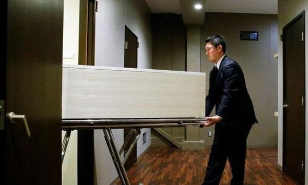 Khi có người tự tử trong khách sạn mọi việc sẽ được xử lý trong âm thầm.