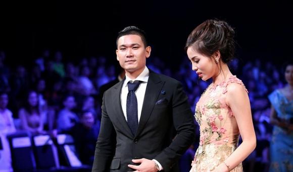 Hoa hậu Kỳ Duyên và bạn trai tin đồn trong buổi đấu giá.