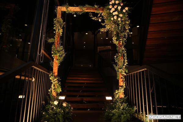 Chân dài Kỳ Hân và cầu thủ Mạc Hồng Quân tổ chức tiệc cưới tại một trung tâm hội nghị nổi tiếng tại TP HCM. Cổng hoa được thiết kế đơn giản nhưng tinh tế, đậm chất thiên nhiên.
