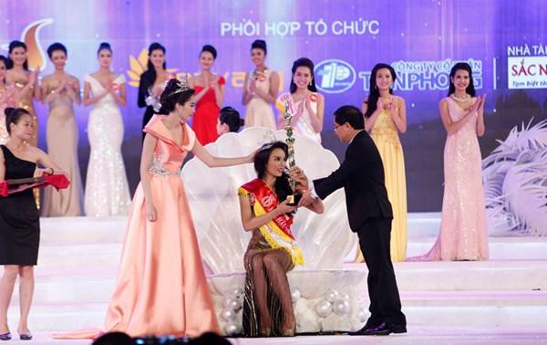 Ông Lê Xuân Sơn - trưởng BTC cuộc thi HHVN và là người trao vương miện cho HH Kỳ Duyên.