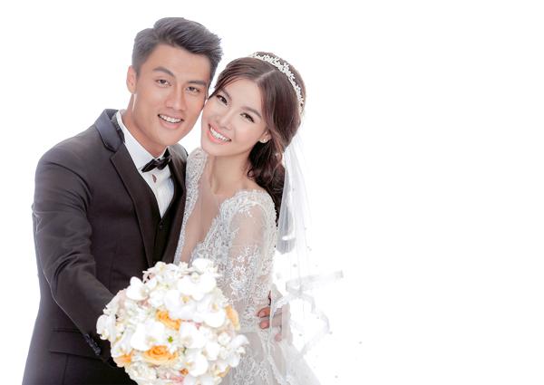Bên cạnh việc sử dụng các mẫu váy cưới của NTK nổi tiếng ở Sài Gòn cho tiệc đám hỏi tại Sóc Trăng, Kỳ Hân và Mạc Hồng Quân cũng nhờ ê kíp của nhà thiết kế nổi tiếng giúp mình thực hiện bộ ảnh cưới.