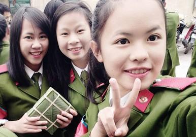 Lê Thị Bình (thứ hai từ trái sang phải) chụp chung với các học viên Học viện Cảnh sát Nhân dân trong buổi lễ đón Tết tại trường. Ảnh: VietNamNet.