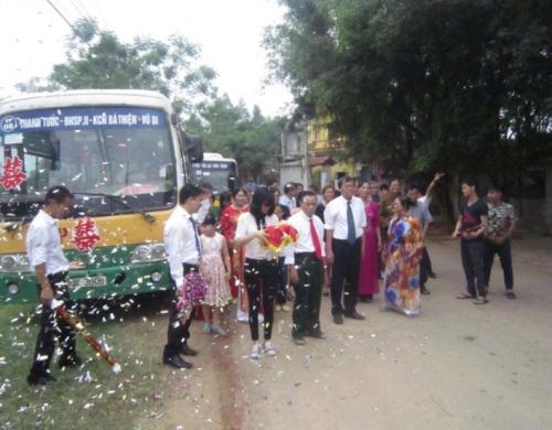Màn rước dâu bằng xe buýt gây chú ý (Ảnh: Beat.vn).