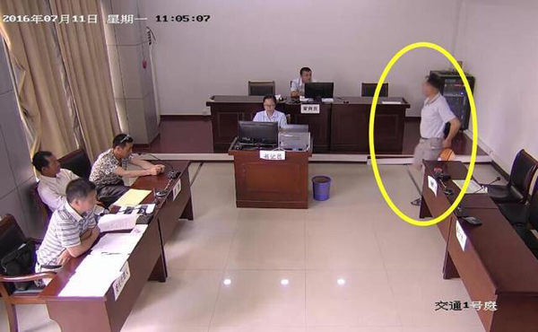 Mao đột nhiên đứng lên rời chỗ ngồi của mình. Ảnh: Shanghaiist