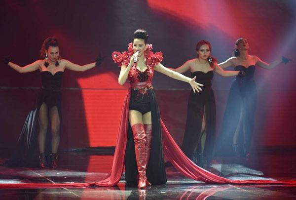 Maya nổi bật trên sân khấu The Remix với bộ cánh công phu, gợi cảm.