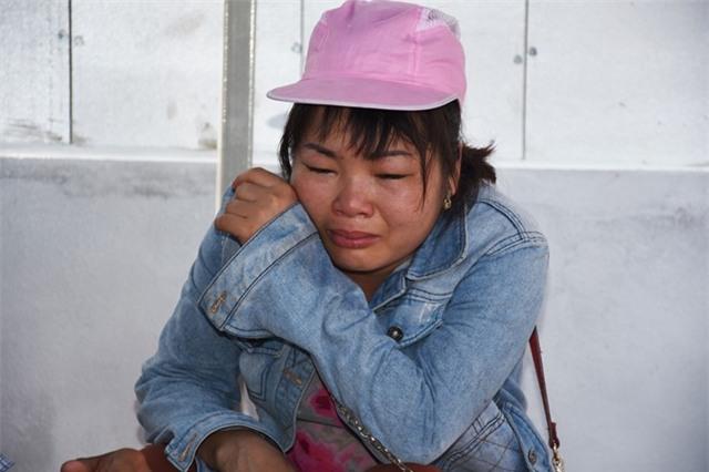 Trong suốt thời gian tìm kiếm thi thể các con, dưới cái nắng gần 40 độ C, ngồi bên bờ sông chị Huyền liên tục khóc gọi tên con trong tuyệt vọng. Những giọt nước mắt hòa cùng mồ hôi làm ướt gần hết chiếc áo của người mẹ tội nghiệp.