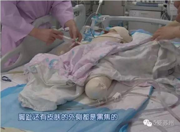 Bé trai nằm viện trong tình trạng nguy kịch.