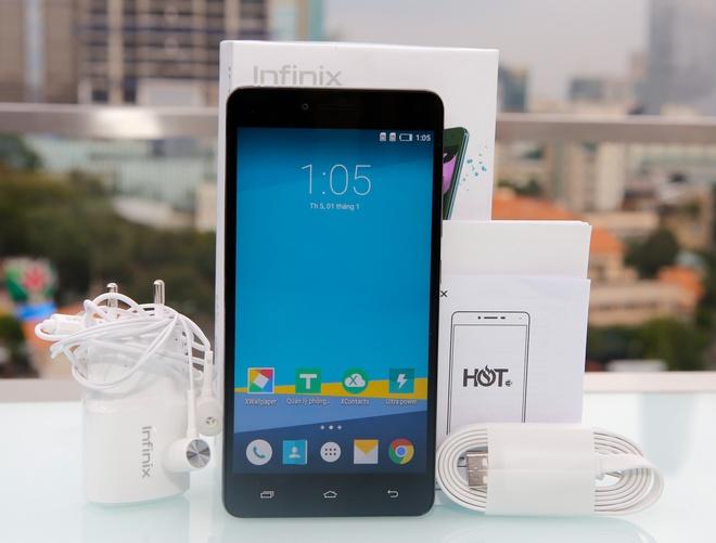 Infinix Hot 3 LTE được bán ra với đầy đủ các phụ kiện như sạc, cáp kết nối và tai nghe.