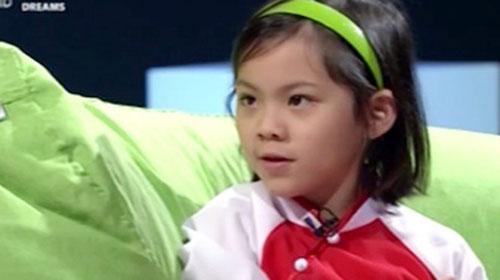 Minh An giao tiếp tiếng Anh lưu loát trong chương trình truyền hình, dù chỉ mới 7 tuổi rưỡi - Ảnh chụp màn hình clip