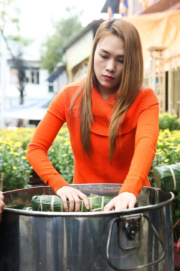 """Nấu bánh tét là truyền thống của gia đình Mỹ Tâm bao năm qua Sau chuyến từ thiện tại quê ngoại ở Quảng Nam, Mỹ Tâm cùng gia đình nấu bánh Tét, mứt dừa như truyền thống mọi năm. Trong bộ trang phục đơn giản gồm quần jeans đen và áo len cam, nữ ca sĩ nhanh chóng thực hiện mọi khâu từ gói bánh, nhóm lửa, châm nước,… với sự trợ giúp của các thành viên trong đại gia đình. Nhờ có kinh nghiệm trong các năm trước, Họa mi tóc nâu rất thuần thục trong các công đoạn.  Trong thời gian đợi bánh chín, cô tranh thủ giao lưu trực tuyến với người hâm mộ trên trang cá nhân. Chỉ trong vòng 15 phút, đoạn clip đã thu hút hàng chục ngàn lượt theo dõi, yêu thích và bình luận. Đây là lần đầu tiên nữ ca sĩ chọn cách trò chuyện với fan bằng hình thức video trên fanpage. Nhiều fan đã tỏ ra thích thú với hình thức tương tác mới này của """"họa mi tóc nâu"""".  Cùng với việc tán gẫu với fan, Mỹ Tâm còn quay lại khung cảnh nấu bánh tét trước nhà để giới thiệu với người hâm mộ. Nhiều khán giả chia sẻ cảm giác phát cuồng khi lần đầu được chứng kiến tận mắt """"thần tượng"""" vào bếp.  Được biết, Mỹ Tâm sẽ dành trọn thời gian nghỉ Tết cho gia đình, bạn bè. Cô sẽ trở lại với các dự án âm nhạc và lịch biểu diễn từ ngày 19/2.               Mỹ Tâm chăm chú vào nồi bánh tét của gia đình            Cô không ngại làm những công việc tay chân vất vả                Mỹ Tâm vừa nấu bánh, trò chuyện trực tuyến cùng fan      Người đẹp thể hiện nhiều biểu cảm đáng yêu, trả lời ngẫu nhiên các câu hỏi trong hơn 15 ngàn bình luận của các fan. Cô liên tục được yêu cầu thể hiện các ca khúc nhạc xuân từ người hâm mộ      Đoạn clip giao lưu trực tuyến của nữ ca sĩ thu hút hơn hàng trăm ngàn lượt xem và bình luận chỉ trong hơn 15 phút                                Nữ ca sĩ hào hứng khoe thành quả   Theo Minh Nguyễn  Ihay"""