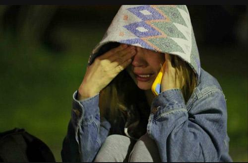 Một người phụ nữ bàng hoàng sau trận động đất.
