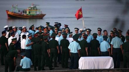 Gần 5 giờ sáng 18/6, tàu của Bộ đội Biên phòng Nghệ An đưa thi thể Thượng tá Trần Quang Khải vào bờ trong niềm tiếc thương vô hạn của đồng chí, đồng đội và người dân. Ảnh: Thanh Tùng