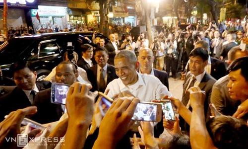Tổng thống Mỹ Barack Obama tươi cười bắt tay, giao lưa người dân Hà Nội tối 23/5. Ảnh: Bá Đô