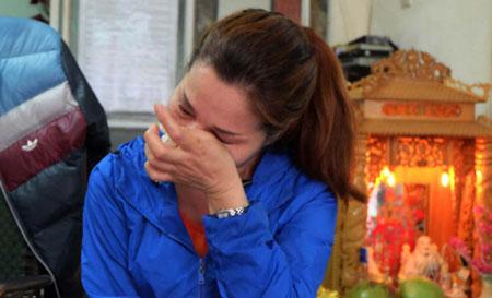 Chị Trang bật khóc khi kể về câu chuyện éo le của mình và gia đình.