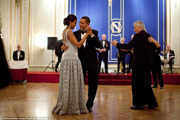 Tổng thống Mỹ và Đệ nhất phu nhân Michelle Obama có những phút giây lãng mạn lúc nhảy cùng nhau trong bữa tiệc chiêu đãi sau giải Nobel tại khách sạn Grand ở thủ đô Oslo, Na Uy hôm 10/12/2009.