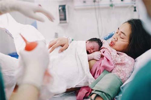Diễm Châu và con trai khi vừa trào đời