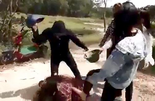 Hình ảnh nhóm nữ sinh đánh nhau ngày cách đây gần 1 tháng. Ảnh: Cắt từ clip