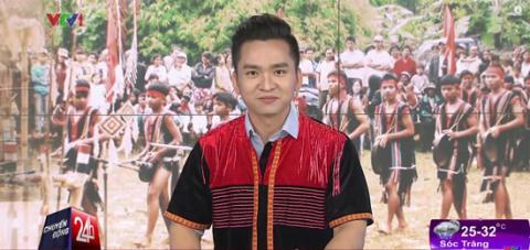 Sau lần xuất hiện này chắc hẳn MC/BTV Hạnh Phúc sẽ nhận thấy anh hợp với áo vest, sơ mi và cavat trẻ trung hơn trang phục sơ mi lồng trong trang phục dân tộc như thế này.