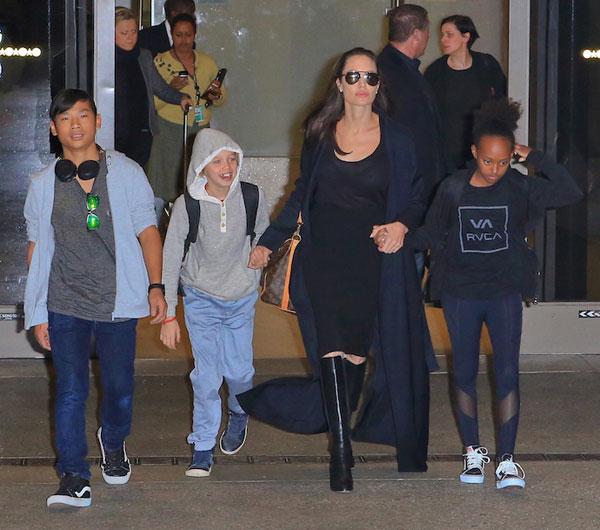Chiều 2/3, Angelina Jolie cùng 3 nhóc tỳ xuất hiện ở sân bay Los Angeles.