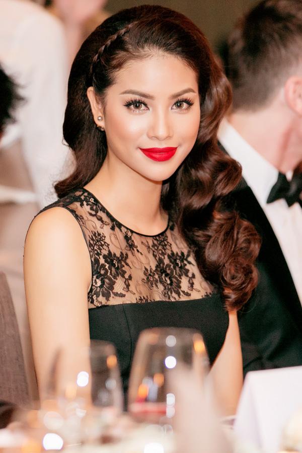 Xuất hiện tại sự kiện tại TP.HCM vào tối 7/7, Hoa hậu hoàn vũ Việt Nam 2015 Phạm Hương diện bộ đầm đen kiểu dáng cổ điển của một thương hiệu nổi tiếng.