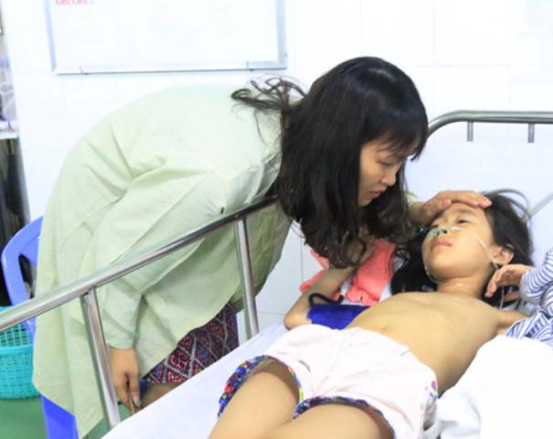 Chị Lưu Phương Thủy (30 tuổi, trú Hà Nội) cùng gia đình gồm 8 người (4 người lớn và 4 trẻ em) vào Đà Nẵng tham quan và đi tàu ngắm cảnh trên sông Hàn cũng khiến nhiều người xúc động đến rơi nước mắt. Khi tàu lật, người mẹ không biết bơi đã cố vật lộn sống sót cùng con trai 10 tháng như một kỳ tích, nhưng sau đó đã thất lạc mất con gái lớn là bé Nguyễn Như Bảo Hân (8 tuổi). Chăm con bé ở bênh viện chị đứng ngồi không yên khi nghĩ về con lớn. Sau khi tìm kiếm khắp các bệnh viện ở trung tâm thành phố mà không thấy con mình đâu, đến khi gia đình lo lắng sợ cháu gặp chuyện không hay thì được một người lạ báo tin cháu Hân đã được một ngư dân vớt lên và đang cấp cứu tại bệnh viện Sơn Trà. Dù bây giờ cháu vẫn đang phải chữa trị vì bị tràn nước vào phổi nhưng như vậy là tốt lắm rồi, Anh Nguyễn Chí Dũng (40 tuổi, chồng chị Thủy) chia sẻ.