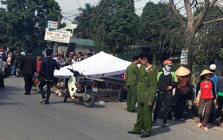 Thi thể hai nạn nhân nằm sát lan can đường.