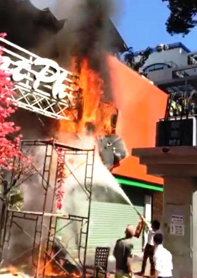 Tàn lửa rơi khiến hàng trăm khách không thể thoát ra đường. Ảnh:A.X