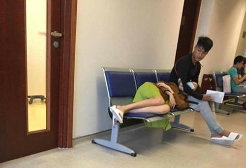 Kỳ Hân nằm gối đầu lên đùi Mạc Hồng Quân khi chờ bên ngoài một phòng khám ở Hà Nội. Ảnh: FB.