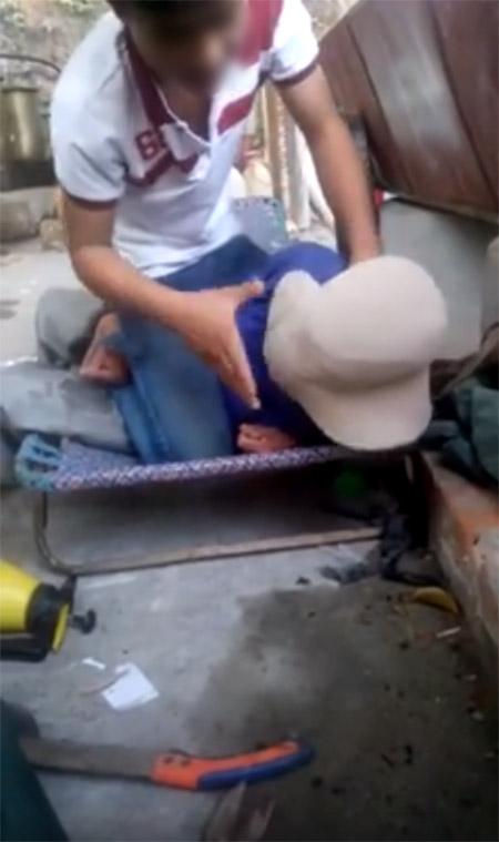 Nam thanh niên liên tục mắng chửi và chụp mũ vào đầu người đàn ông - (Ảnh cắt từ clip).