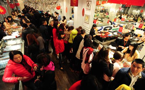 Doanh thu của các cửa hàng vàng tăng tới hơn chục lần trong ngày vía Thần Tài. Ảnh:Giang Huy.