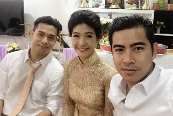 Vợ chồng Trương Thế Vinh trong đám hỏi sáng 8/5. Diễn viên Thanh Bình (phải) là một trong số bạn bè thân thiết dự lễ đính hôn của Thế Vinh - Đông Phương.