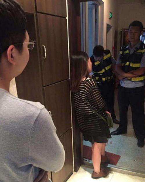 Sau khi được tư vấn và dỗ dành, cô gái bình tĩnh trở lại và hứa sẽ không làm hại mình. Ảnh: SCMP.