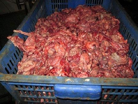 Thịt bò bẩn vẫn được các tiểu thương bán ra thị trường rất nhiều sau khi chế biến, ngâm tẩy hóa chất sao cho đẹp mắt. Tháng 9/2015, thông tin trên báo Người lao động cho biết, một cơ sở hế biến bò viên bẩn (ấp 3, xã Vĩnh Lộc A, huyện Bình Chánh) đã bị phát hiện sử dụng các chất độc hại để bảo quản sản phẩm. Để chống mốc cho món bò viên, cơ sở này còn dùng chất bảo quản có tên là Sodium Benzoate của Trung Quốc- một chất bị cấm sử dụng trong chế biến thực phẩm có nguyên liệu thịt. (Ảnh NLĐ)