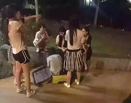 Cô gái được người dân giải cứu.