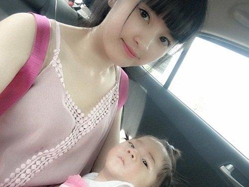 Hai mẹ con Thanh Tâm - Yến Nhi trên đường xuống Hà Nam. Ảnh: FBNV