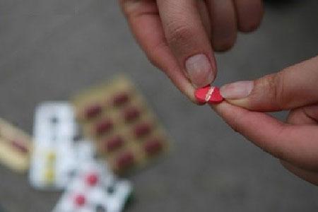 Dùng thuốc phải theo chỉ dẫn của bác sĩ, không được tự ý nhai và bẻ thuốc.