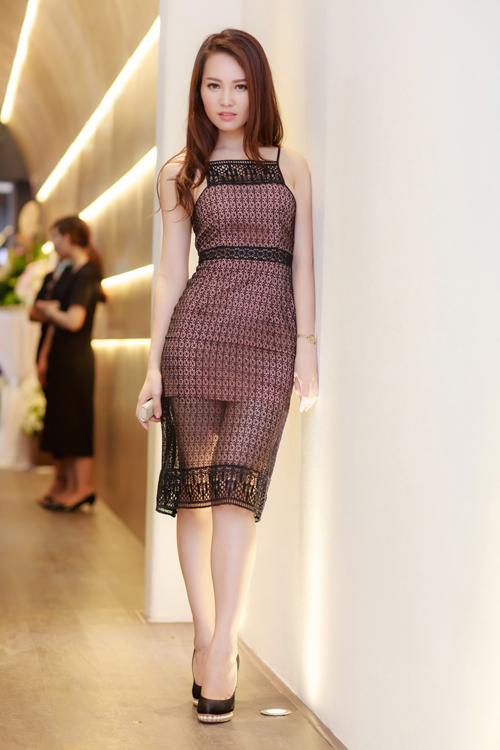 Tối 19/7, Thụy Vân gợi cảm với váy ren trong ngày cô trở thành bà chủ của một trung tâm chăm sóc sắc đẹp tại Hà Nội. Đây là lần đầu tiên Á hậu thử sức trong lĩnh vực kinh doanh. Trước đó, cô được khán giả yêu mến nhờ nhan sắc mặn mà và vai trò MC trên sóng VTV.